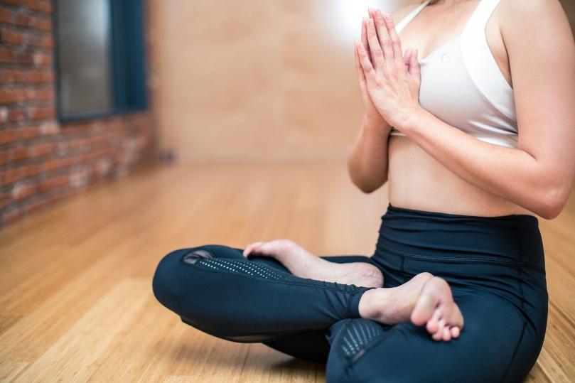yoga-3053488_1920_lograstudio